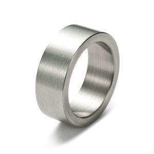 Gesamtansicht eines breiten, gebürsteten Rings aus antiallergenem Edelstahl von MONOMANIA. > Breiter, gebürsteter Edelstahl-Ring.