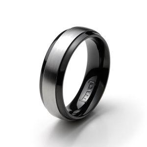 Gesamtansicht eines schwarzen Edelstahl-Rings mit matter, silberfarbener Mittelfläche von MONOMANIA.   > Schwarzer Edelstahl-Ring mit matter, silberfarbener Mittelfläche.