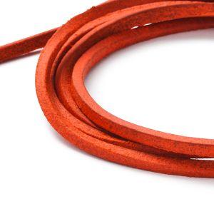 Detailansicht eines eckigen, orangefarbigen Lederbandes von MONOMANIA. > Orangenes, eckiges Lederband von MONOMANIA.