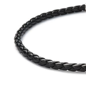 Detailansicht eines geflochtenen, schwarzen Lederbandes mit Bajonettverschluss aus antiallergenem Edelstahl von MONOMANIA. > Schwarzes, geflochtenes Lederband von MONOMANIA.