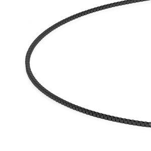 Hochwertige Veneziakette aus antiallergenem Edelstahl mit schwarzer PVD-Beschichtung und Karabinerverschluss von MONOMANIA in Detailansicht. > Schwarze Edelstahl-Veneziakette mit Karabinerverschluss im Detail.